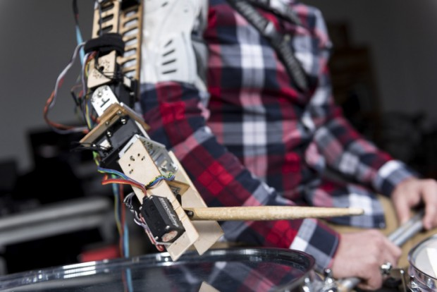 wearable_robot_arm_for_drummers_by_georgia_tech_gil_weinberg_2