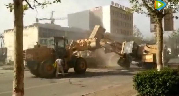 bulldozers_fight_1