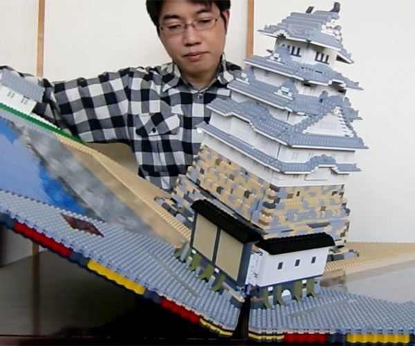 Guy Build Pop-up LEGO Castle: Howl's Folding Castle