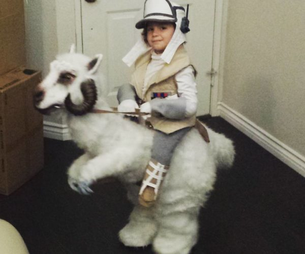 "Kid's ""Empire Strikes Back"" Costume Wins Halloween"