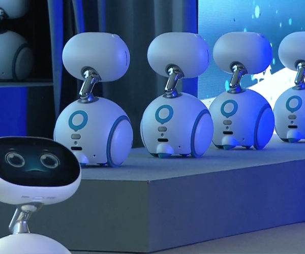 "ASUS' Zenbo Robots ""Sing"" a Holiday Classic"