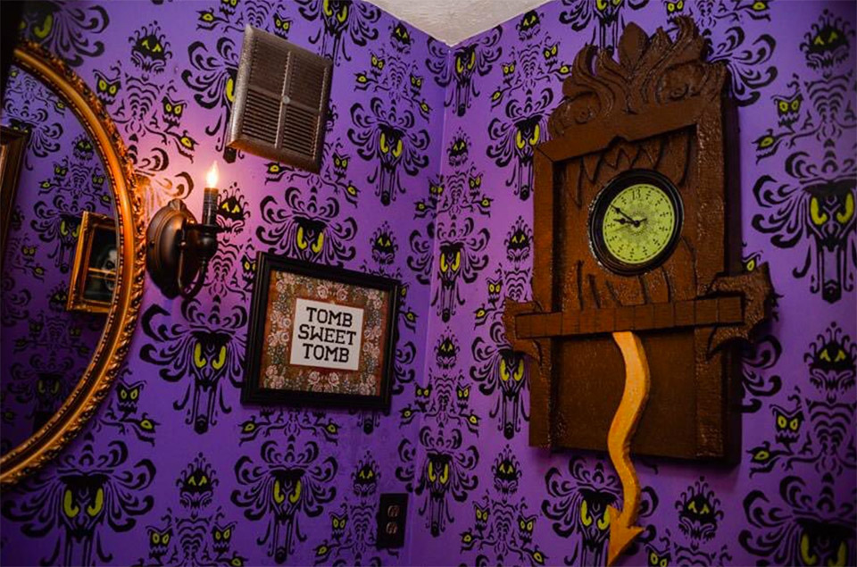 Couple turns basement into disney 39 s haunted mansion for Chambre 13 paranormal