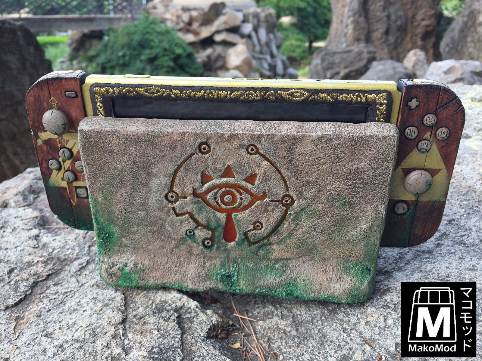 Beautiful legend of zelda themed nintendo switch technabob for Housse zelda nintendo switch